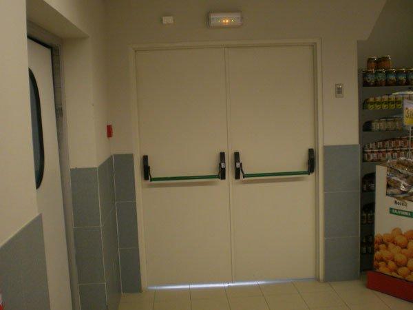Puertas de emergencias for Precio de puertas salida de emergencia